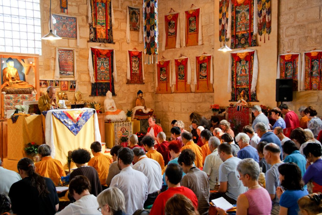 La communauté réunie dans le temple de Bordeaux autour du maître, le vénérable Dagpo Rimpoché