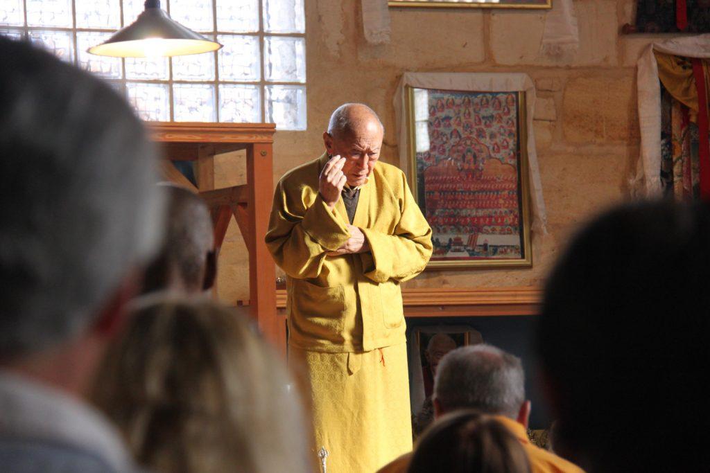 Le vénérable Dagpo Rimpoché pendant l'enseignement bouddhiste du Nyourlam à Bordeaux