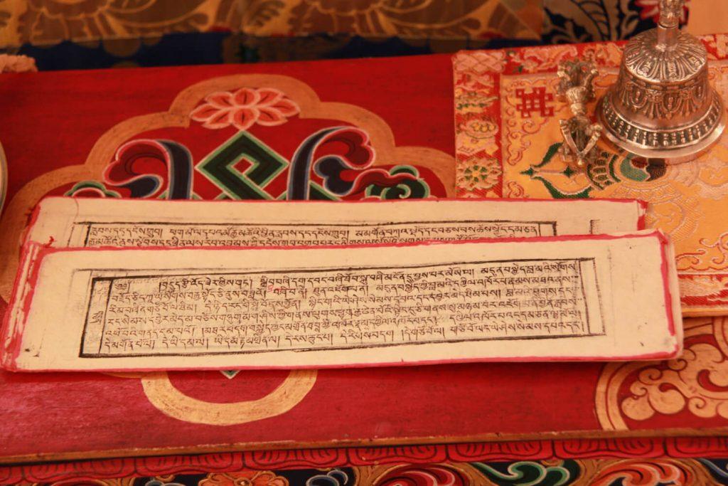 Texte bouddhiste et clochette, vajra